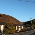 農村景観日本一の風景ど真ん中にぽつりと建っている茅ぶきの建物 […]